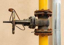 Una vecchia valvola di regolazione arrugginita del gas Fotografia Stock Libera da Diritti