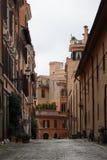 Una vecchia via nel centro di Roma, Italia Fotografie Stock Libere da Diritti