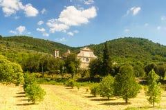 Una vecchia villa e gli alberi tipici di Tuskany intorno, l'Italia Immagine Stock Libera da Diritti