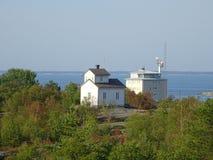 Una vecchie chiesa e casa impressionanti dei piloti in arcipelago dal golfo di Finlandia fotografie stock libere da diritti