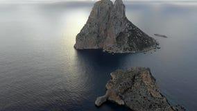 Una veduta panoramica dell'isola Isla de es Vedra Ibiza e le isole di Balear archivi video