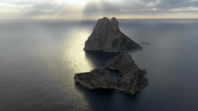 Una veduta panoramica dell'isola Isla de es Vedra Ibiza e le isole di Balear video d archivio