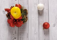 Una vela amarilla y un pino del Año Nuevo enrruellan en un viejo fondo de madera Fotos de archivo libres de regalías