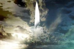 Una vela ardiente en el medio de las nubes de tormenta fotos de archivo libres de regalías