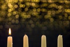 Una vela ardiente en el primer advenimiento imagenes de archivo