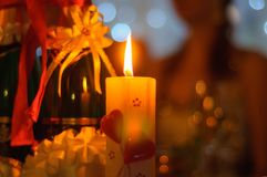 Una vela ardiente en la tabla de la boda Fotografía de archivo