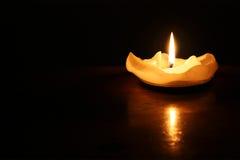 Una vela romántica en la oscuridad fotos de archivo