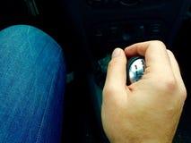 Una velocidad de paso de la mano en un coche Fotos de archivo libres de regalías