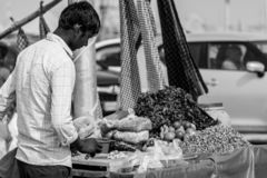 Una vendita aspettante del giovane venditore fotografie stock libere da diritti