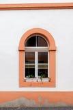 Una ventana arqueada en una casa de vivienda Imagen de archivo