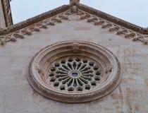 Una ventana color de rosa ornamental del St Marco en Korcula Imágenes de archivo libres de regalías