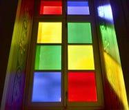 Una ventana colorida de la iglesia en la isla de Syros, Grecia Imagenes de archivo