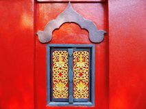 Una ventana de madera y la pared roja Imagen de archivo libre de regalías