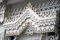 Una ventana de una casa de madera del condado adornada por los marcos blancos Fotos de archivo libres de regalías