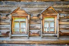 Una ventana en una casa rústica vieja Imagen de archivo