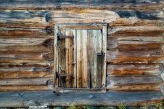 Una ventana en una casa rústica vieja Fotos de archivo libres de regalías