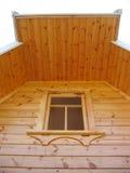 Una ventana en la pared de madera foto de archivo