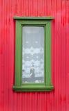 Una ventana en un marco verde Fotos de archivo
