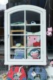 Una ventana en ventanas de una tienda de juguete Imágenes de archivo libres de regalías