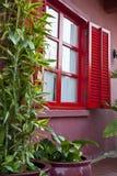 Una ventana roja Fotografía de archivo libre de regalías