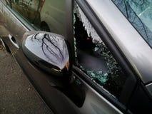 Una ventana triangular del coche quebrado foto de archivo libre de regalías