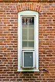 Una ventana y un acondicionador de aire imagenes de archivo