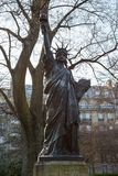 Una versión miniatura de la estatua de la libertad en los jardines del palacio du Luxemburgo en París Fotografía de archivo
