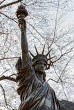 Una versión miniatura de la estatua de la libertad en los jardines del palacio du Luxemburgo en París Imagenes de archivo