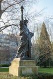 Una versión miniatura de la estatua de la libertad en los jardines del palacio du Luxemburgo en París Fotos de archivo