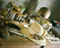 Una vertiente adornada de Straw Hat In An Old Fotografía de archivo