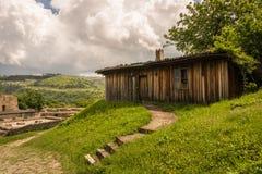 Una vertiente de madera en el campo Foto de archivo libre de regalías