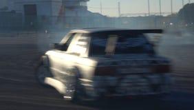 Una vettura da corsa della deriva nell'azione con le gomme di fumo nella manifestazione immagine stock libera da diritti