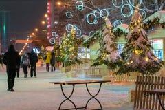 Una via con una decorazione di Natale e una gente di camminata Immagini Stock Libere da Diritti