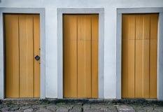 Una via gialla di tre porte giù Fotografia Stock