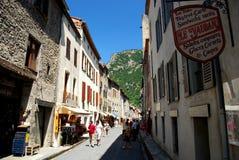 Una via graziosa occupata con i turisti nella città murata graziosa di Villfranche de Conflent nel sud della Francia Questa città Immagini Stock