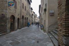 Una via nel centro urbano di San Gimignano, Italia fotografia stock