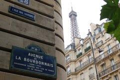 Una via a Parigi con la torre Eiffel Fotografia Stock Libera da Diritti
