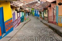 Una via ripida variopinta in Guatape (Colombia). Immagini Stock Libere da Diritti