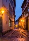 Una via stretta lungo le case a graticcio medievali nella vecchia città di Quedlinburg si è illuminata dalla luce calda delle lam fotografie stock libere da diritti