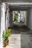 Una via stretta in un villaggio di La Alpujarra, Granada, Spagna Immagine Stock Libera da Diritti