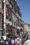 Una via a Venezia, Italia; camminata della gente Immagine Stock
