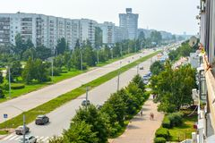 Una via verde spaziosa nel distretto di nuova città ulyanovsk fotografia stock libera da diritti