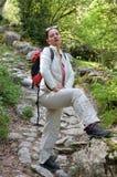 Una viandante alla traccia di montagna Fotografia Stock Libera da Diritti
