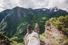 Una viandante che riposa nella foresta nelle alpi Italia di un giorno piovoso Immagini Stock Libere da Diritti