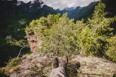 Una viandante che riposa nella foresta nelle alpi Italia di un giorno piovoso Fotografia Stock