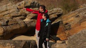 Una viandante femminile asiatica parla su un telefono cellulare mentre stock footage