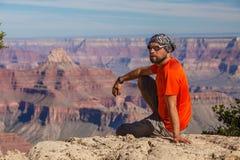 Una viandante nel parco nazionale di Grand Canyon, orlo del sud, Arizona, U.S.A. immagini stock libere da diritti