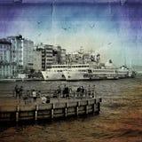 Una vida cotidiana en Karaköy Transbordadores, casas, gaviotas y Fotos de archivo libres de regalías