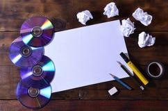 Una vida de la escuela o todavía de la oficina con una hoja de papel en blanco blanca y muchos materiales de oficina Las fuentes  fotografía de archivo libre de regalías