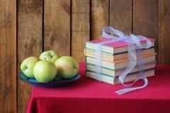 Una vida inmóvil con los libros y las manzanas Imágenes de archivo libres de regalías
